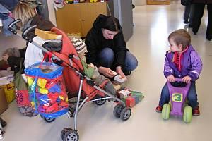 Maminky s předškolními dětmi v Litomyšli nalezly na bazárku  nejen oblečení, ale i hračky a knížky.