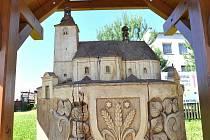 Znak a vendolský kostel, vytvořil řezbář Petr Novotný. Ilustrační fotografie.