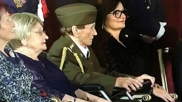 Jarmila Halbrštátová při převzetí Medaile Za hrdinství na Pražském hradě.
