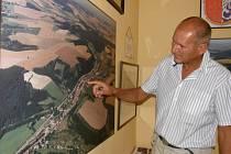MARTIN KISS před deset let starým leteckým snímkem obce. Porovnání fotografií stejných míst ale pořízených s časovým odstupem totiž  ukazuje na rozvoj obce.