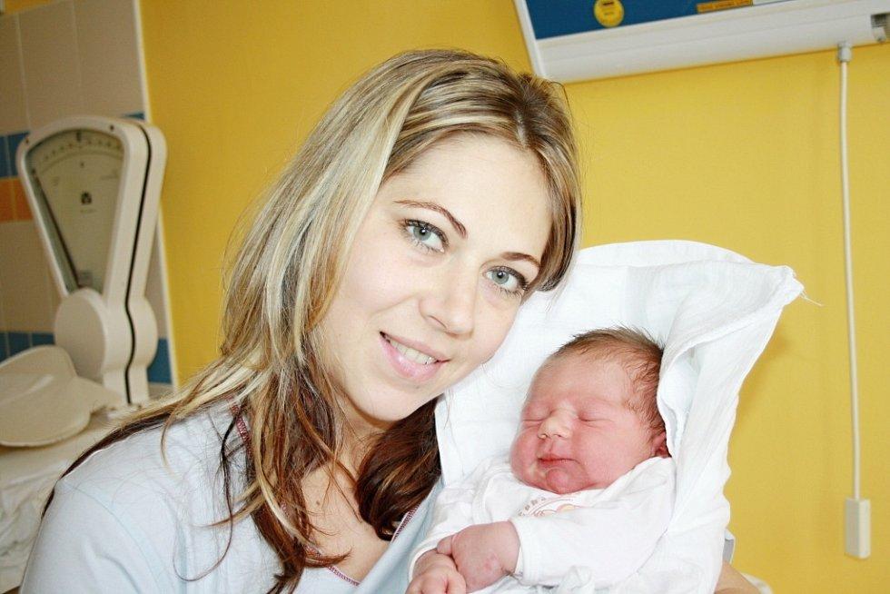 SAMUEL PECHA. Chlapeček se narodil 20. listopadu. Vážil 3,75 kilogramu a měřil 53 centimetrů. Doma v Chornicích brášku přivítá tříletá Sárinka.