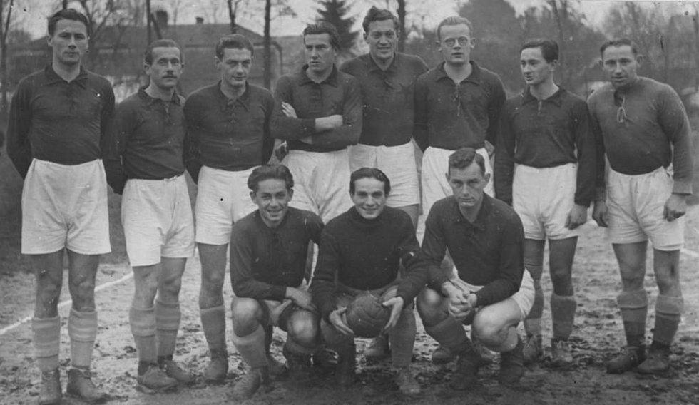 SK Litomyšl v největší slávě (1941). Nahoře: Jirků, Klát, Košatý, Šauer, Čáp, Beneš, Dušek, Cavrnoch, dole Šumský, Novák, Hejna.