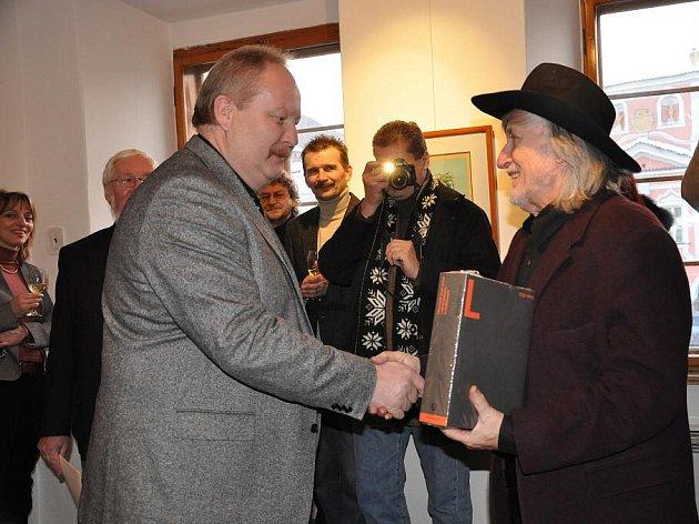 Juraj Jakubisko zahájil výstavu grafik v Litomyšli a jako dárek dostal knihu.