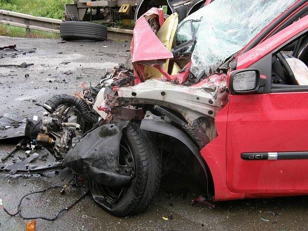 Nehoda na I/35 během průtrže mračen.