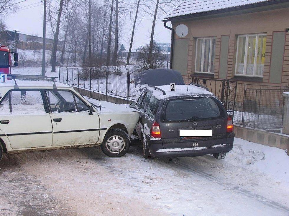 Řidička dostala na sněhu smyk.