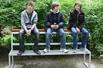 SPECIÁLNÍ LAVIČKY pro mládež mají v Poličce. Lidé už si nemusejí stěžovat, že jsou sedáky špinavé.