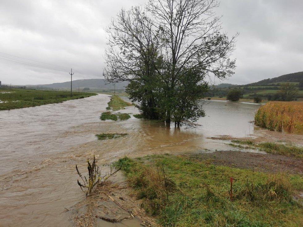 Řeka Třebůvka se vylévá z koryta.