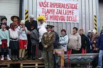 Široký Důl se v sobotu vrátil do éry komunizmu, sjeli se sem hasiči z republiky na recesní soutěž O putovní pohár VŘSR - Memoriál V. I. Lenina
