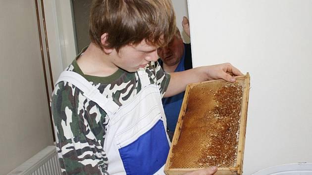 Štěpán Kovář z Radiměře stáčí na medometu poslední med. Sladkého zlata bude letos dostatek.