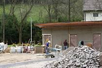 Zatím je to staveniště, ale o srazu rodáků na konci června plánují už hotový areál slavnostně vysvětit a představit veřejnosti.