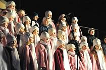 Dětské sbory ze základní umělecké školy zazpívaly včera navečer  u vánočního stromu pod kostelem Povýšení svatého Kříže v  Litomyšli. Ozdobený strom  pak symbolicky rozsvítil anděl v podání Veroniky Brokešové.
