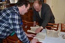 POUZDRO z věže kostela ve Skleném sto let ukrývalo poklad. Kromě spousty mincí také historické dokumenty.