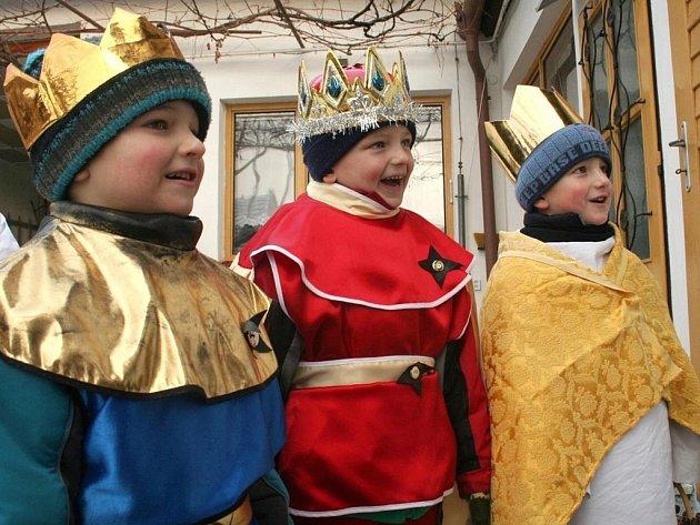 Tři králové. Skupinky zpívají nebo povídají o Třech králích, všichni mají svěcenou křídu na požehnání domu, cukříky jako symbol bílého zlata a zapečetěnou pokladničku, do které můžete  přispět.