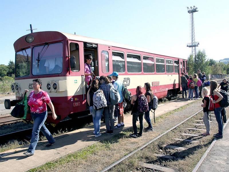 Lokálkou se s námi svezlo opravdu hodně lidí. Vagón prázdný vážně nebyl, lidé jeli ze zaměstnání, ze školy, k příbuzným nebo jen tak do města.