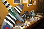 Dobové dokumenty i modely letadel budou celý březen zdobit chodbu v litomyšlské knihovně.