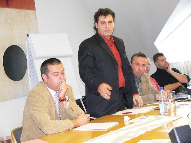 Mluvčí petičářů Radek Pulkrábek (uprostřed) prezentuje zájmy stovek občanů. Žádá komunikaci s radnicí.