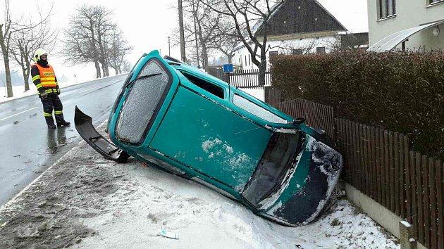 U Oldřiše skončil automobil na boku v příkopu.