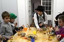 MASOPUSTNÍ DÍLNA přilákala do Regionálního muzea v Litomyšli návštěvníky z širokého okolí. Děti z mateřské a základní školy Trstěnice si přijely vyrobit sladké vrkoče a karnevalové masky, které s masopustní tradicí v našem regionu úzce souvisí.