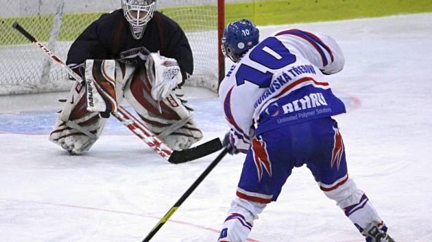 Jednu z mnoha vyložených šancí Slovanu měl v úvodní třetině Tomáš Faltus. Brankáře Peška však nedokázal překonat.