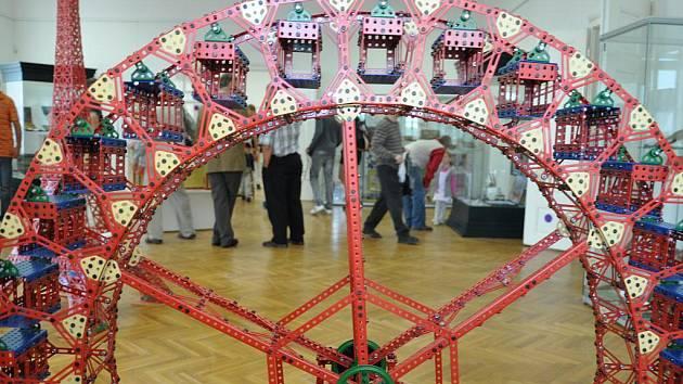 Stavebnice Merkur  baví kluky dneska stejně jako před  padesáti lety.  V muzeu v Litomyšli  je nyní k vidění z děrovaných plíšků  model  Eiffelovy věže, kostela i ruského kola.