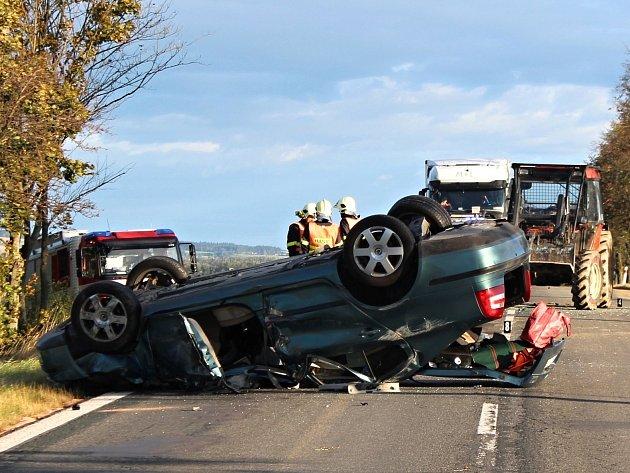 Střet osobního vozidla a traktoru zablokoval silnici I/43.