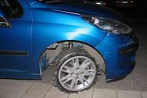Opilý řidič narazil do zaparkovaného automobilu.