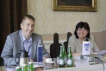 Starosta David Šimek (vlevo) si od založení fondu slibuje vydatnější toky také do kultury a sportu.
