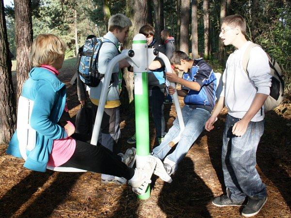 Brand je nový  sportovně relaxační areál vlesích usvitavského rybníka Rosnička. Vpátek jej otestovaly děti ze svitavských základních škol.  Den vpřírodě si kluci a holky užívali. Zdolávali různé disciplíny, zasoutěžili si izasportovali.