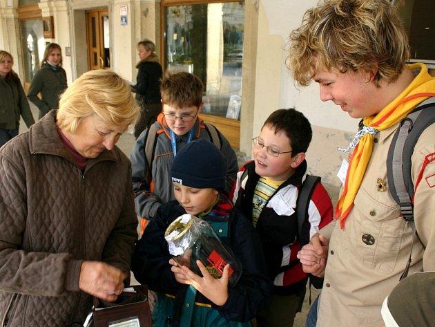 Svitavští skauti se připojili k  veřejné sbírce Postavme školu v Africe.