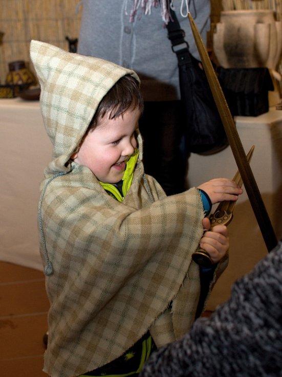 Výstava je připravena tak, že  si každý návštěvník může vyzkoušet oblečení, nástroje i zbraně nebo se vyfotit třeba u mamuta.