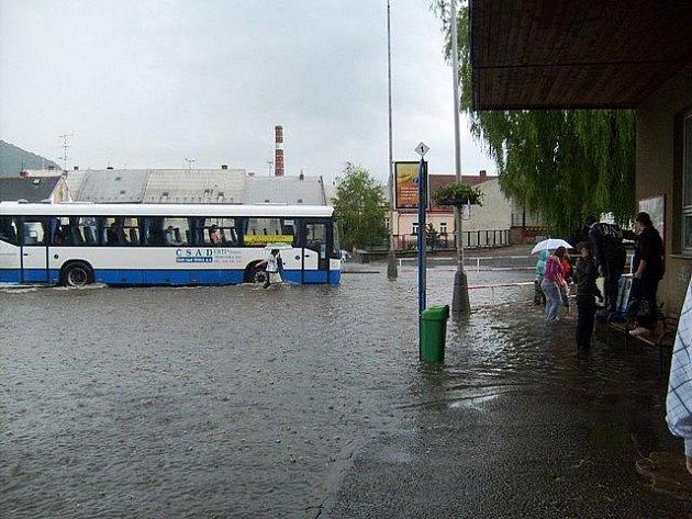 Velká voda na autobusovém nádraží v Moravské Třebové.