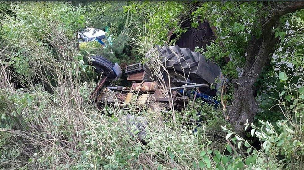 V Bělé nad Svitavou v neděli havaroval traktor a zničil kus zahrady u domu.