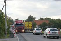 Objížďka na pětatřicítce komplikuje provoz v Litomyšli. Kolony aut se pomalu sunou městem.