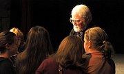 AMERICKÝ SPISOVATEL Robert Fulghum se opět vrátil do Poličky. Přijel společně s projektem LiStOVáNí, aby  představil svou novou knihu Opravář osudů, jejíž děj se odehrává v Praze. Diváci ve středu sledovali také divadelní představení z knihy Co jsem to pr