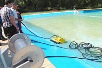 NOVÝ VYSAVAČ bude čistit bazén poličského koupaliště mimo otevírací dobu.