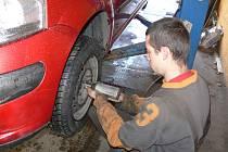 SERVISY mají v těchto dnech napilno. Na přezouvání aut mají někde pořadníky. Od prvního listopadu už motoristé nesmějí vyjet na letních pneumatikách.