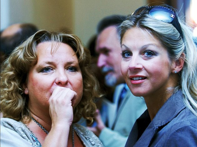 Setkání hereček. Porotkyně dabingových cen Martina Hudečková (vlevo) s nominovanou Sabinou Laurinovou.