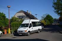 MHD v Žamberku. Jako městská hromadná doprava se dá nazývat skutečně leccos. Třeba i jedna jediná linka, která dvakrát denně sváží důchodce k lékaři a zpět. Přesně tak to chodí v šestitisícovém Žamberku, na snímku je zdejší mikrobus na zastávce Albertovo