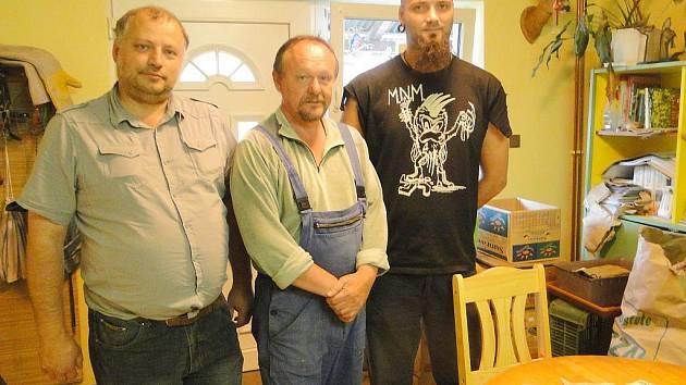 Punkeři a starosta Květné předali Josefu Zelenému (uprostřed) finanční dar.