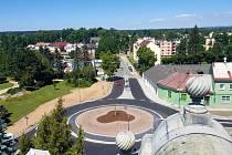 Po třech měsících stavebních prací byl ve čtvrtek otevřen nový kruhový objezd před Langerovou vilou ve Svitavách