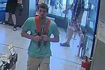 Poznáváte muže na snímku? Mohl by policii pomoci objasnit okolnosti krádeže v supermarketu ve Svitavách.