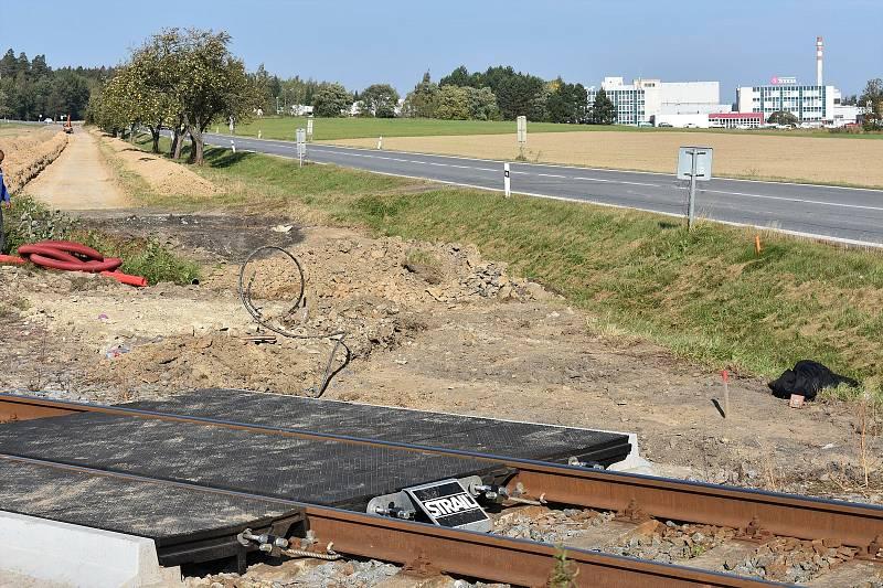 Z Poličky do masokombinátu se lidé dostanou po nové cyklostezce. Jen musí dávat pozor na vlak.