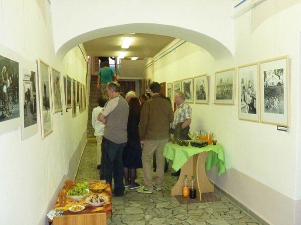 ZASTAVENÉ OBRÁZKY. Tak se jmenuje výstava fotografií ze slavných českých filmů od Jiřího Kučery.