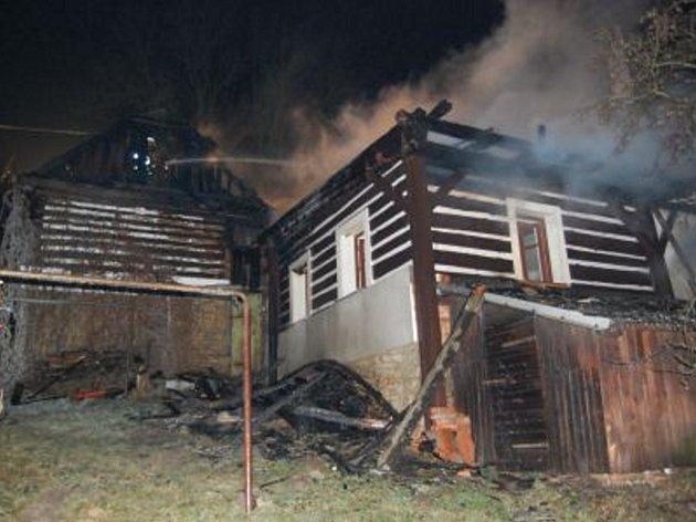 Požár chaty v Trstěnicích likvidovalo několik hasičských jednotek