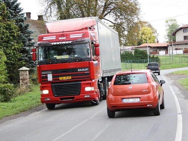 Frekventovaná silnice působí lidem v Lačnově potíže. Kdo chce přejít, musí být na pozoru, aby ho nějaké auto nesmetlo. Po mezinárodní tepně jich denně projedou tisíce.