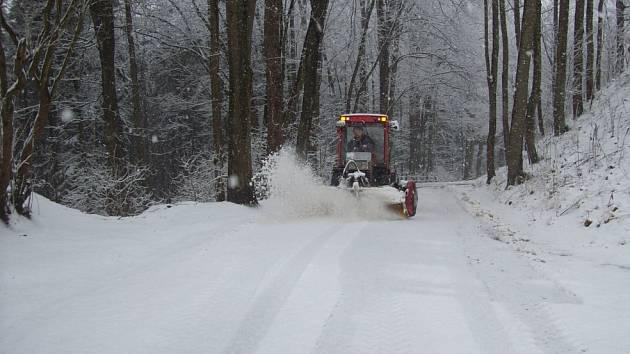 Traktor uklízí cestu na hrad Svojanov.