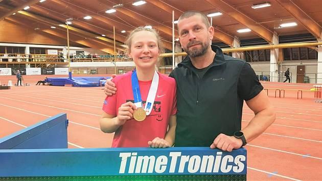 Atletka Eliška Červená se svým trenérem Milanem Boučkem.