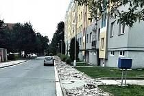 Rozkopaný beton na Hegerově ulici. Dělníci pracují na chodnících, sbíječky však ruší zdejší obyvatele.