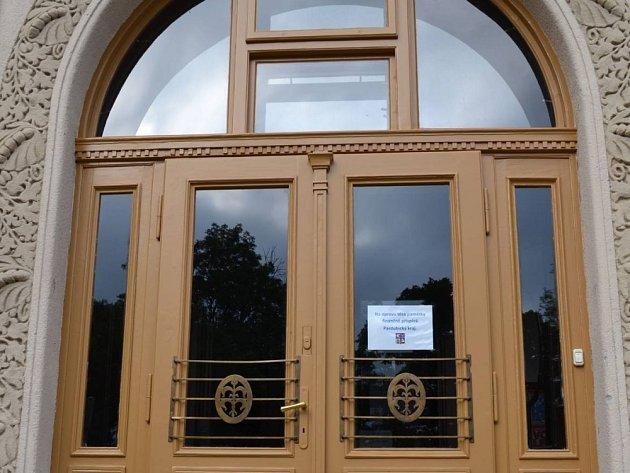 Dveře do Lidového domu dostaly nový vzhled.