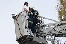 V LABORATOŘI ve svitavské nemocnici hoří. Tak znělo oznámení, které přijali hasiči v úterý dopoledne. Průzkumná skupina zjistila, že v budově patologie zůstali uvěznění tři lidé. Hasiči je evakuovali pomocí plošiny.